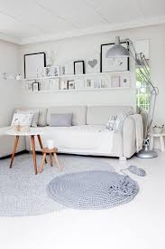 tolles wohnzimmer im skandinavischen stil und der teppich