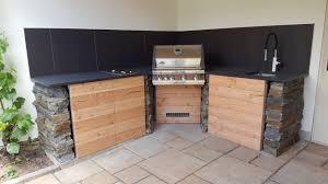 outdoor küche mit mauersteinen und schiefer arbeitsplatten