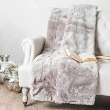 plaids fausse fourrure pour canapé plaid en fausse fourrure gris 150 x 180 cm maisons du monde