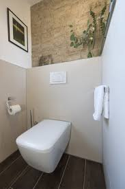 moderne toilette vor toller bruchsteinwand banovo