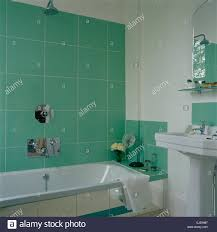 badezimmer grün fliesen stockfotos und bilder kaufen alamy