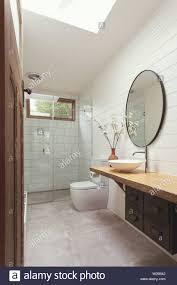 badezimmer mit weißen fliesen der u bahn weiß holzschalung