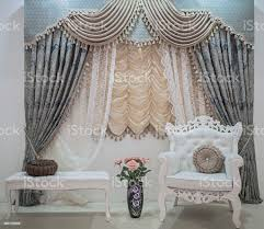 luxusgardinen mit floralen ornamenten gardinen profilkranz und ein raunded kissen auf weiße möbel design im wohnzimmer stockfoto und mehr bilder