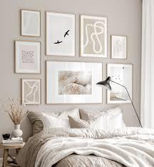 trendige bilderwand beige weiß schlafzimmer beige poster eichenrahmen