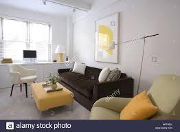 die gepolsterten hocker vor sofa in moderne wohnzimmer