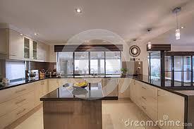 cuisine moderne ouverte ide cuisine moderne cuisine quipe ivoire bois moderne filipen