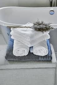 badezimmer weiche handtücher oder badematten verleihen