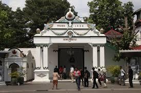 Suasana Pengunjung Di Regol Danapratapa Salah Satu Bangunan Yang Ada Keraton Yogyakarta