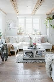 gemütliches wohnzimmer mit holzboden und bild kaufen