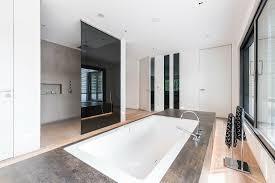 modernes badezimmer in einem bild kaufen 71192841