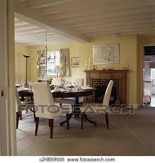 creme gepolstert stühle und antiker tisch in pastell