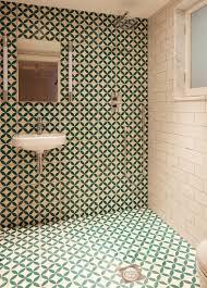 modernes bad mit bodenebener dusche und bild kaufen