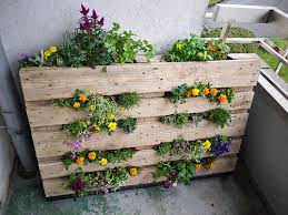 10 DIY Garden Ideas For Using An Old Pallet