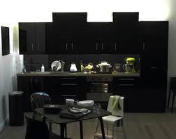 meuble de cuisine noir laqué 7 cuisines noires qui vont vous faire aimer le noir côté maison