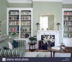 weiße regale auf beiden seiten der kamin im wohnzimmer grau