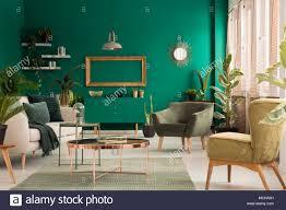 kupfer in der tabelle auf der wolldecke zwischen beige sofa