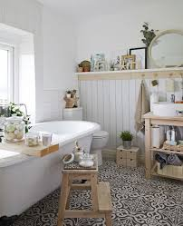 fehér fürdőszoba fa tárolóval üvegedényekkel és járólappal