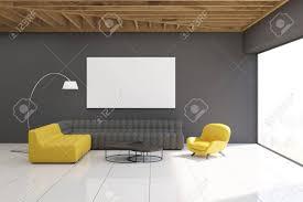 innere grau wohnzimmer mit gelben und grauen sofas graue wände große panoramafenster und eine horizontale plakat über einem der sofas hängen