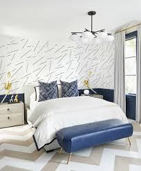 doppelbett und blaue leder kleiderbank bild kaufen