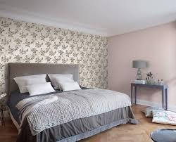 wohnen mit tapete im schlafzimmer bei hellen möbeln wird oft