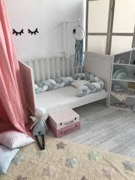 geflochtene babybettumrandung blau grau weiß