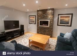 luxus keller wohnzimmer mit gaskamin stockfotografie alamy