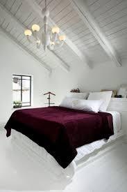 bettwäsche bordeaux schlafzimmer dachschräge strahlend weiß
