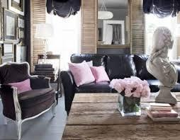 déco canapé noir déco canape cuir noir coussins decoratifs table bois le