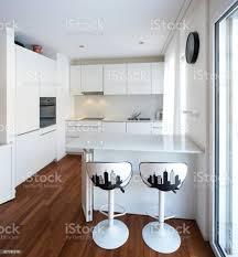 moderne weiße küche mit halbinsel stockfoto und mehr bilder architektur