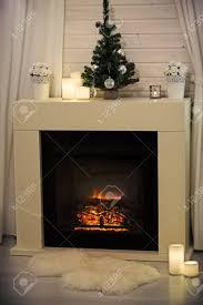 brennender kamin in gemütlichen wohnzimmer dekoriert für weihnachten