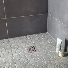salle de bain en galet avec mosa que et galets pour carrelage