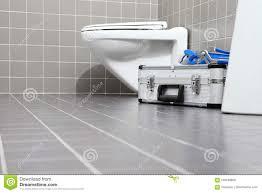 klempnerwerkzeuge und ausrüstung in einem badezimmer