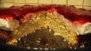 schmand torte mit roter grütze