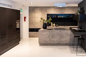 nolte musterküche zweizeilige küche mit insel in beton