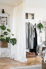 vorhang als raumteiler zur garderobe im bild kaufen