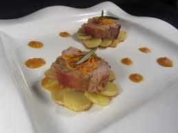 dressage des assiettes en cuisine filet mignon sur rosace de rattes jus d agrume au romarin et sa