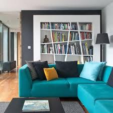 modernes wohnzimmer sitzecke türkis blau bücherschrank