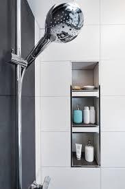 moderne dusche mit integrierter nische für stauraum