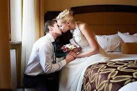 mariée et marié romantiques de baiser dans la chambre à coucher