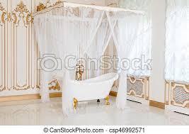 goldenes badezimmer klassisch licht farben