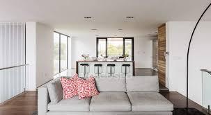 zuhause vitrine innen wohnzimmer und küche offen