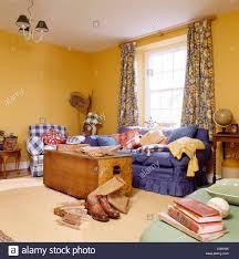 brust und blauen sofa in gelb küsten wohnzimmer mit blau