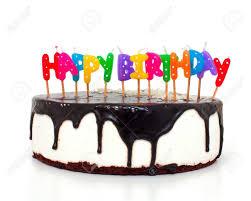 kuchen mit happy birthday kerzen auf weißem hintergrund