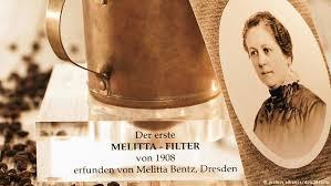 Ein Portratfoto Der 1873 In Dresden Geborenen Amalie Auguste Melitta Bentz Steht Neben Ihrer Erfindung Aus