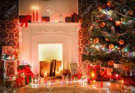weihnachten wohnzimmer dekorationen schöne weihnachtsbeleuchtung kranz dekoriert weihnachtsbaum in der nähe kamin moderne innenarchitektur