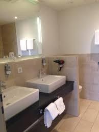 badezimmer innenliegend dusche und badewanne bild