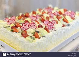 strawberry meringue kuchen auf einem tisch auf grauem