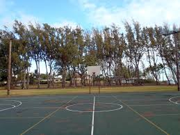 terrain de basket exterieur terrain de basket extérieur vide dans waimanalo photo stock