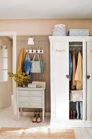 b Recibidor con suelo de madera blanco y armario y