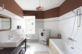 großzügig geschnittenes badezimmer mit badewanne